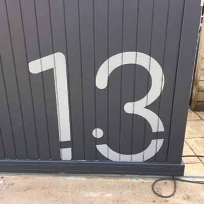 Numéro en vinyle sur portail